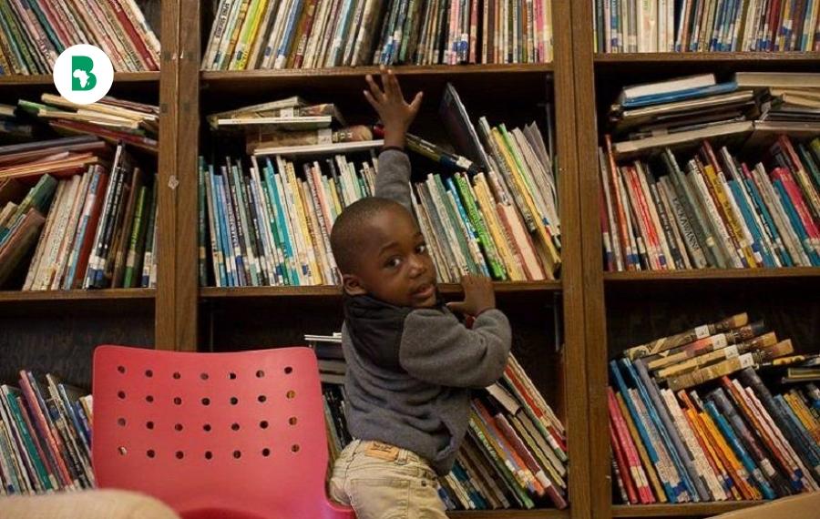 Un garçon afro-américain de 4 ans lit 100 livres par jour