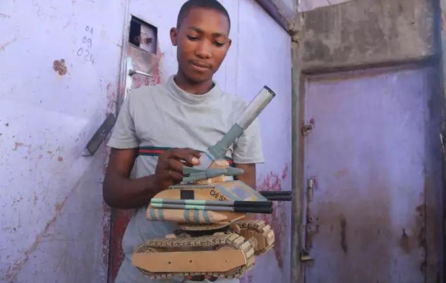 Cet adolescent camerounais de 16 ans construit des bulldozers miniatures à partir de matériaux recyclés