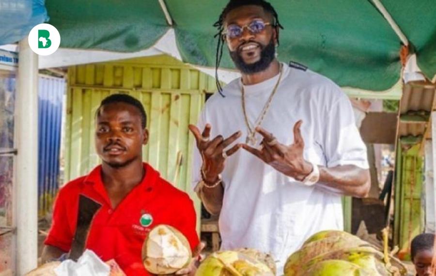 Emmanuel Adebayor «change» la vie d'un vendeur de noix de coco