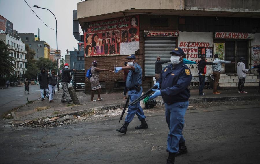 Confinement : la police sud-africaine tire des balles en caoutchouc sur les clients de magasins