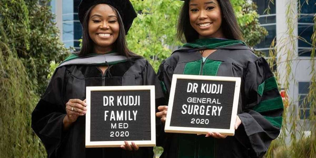 Rencontrez la mère et la fille ghanéennes qui sont diplômées de l'école de médecine la même année et travaillent da