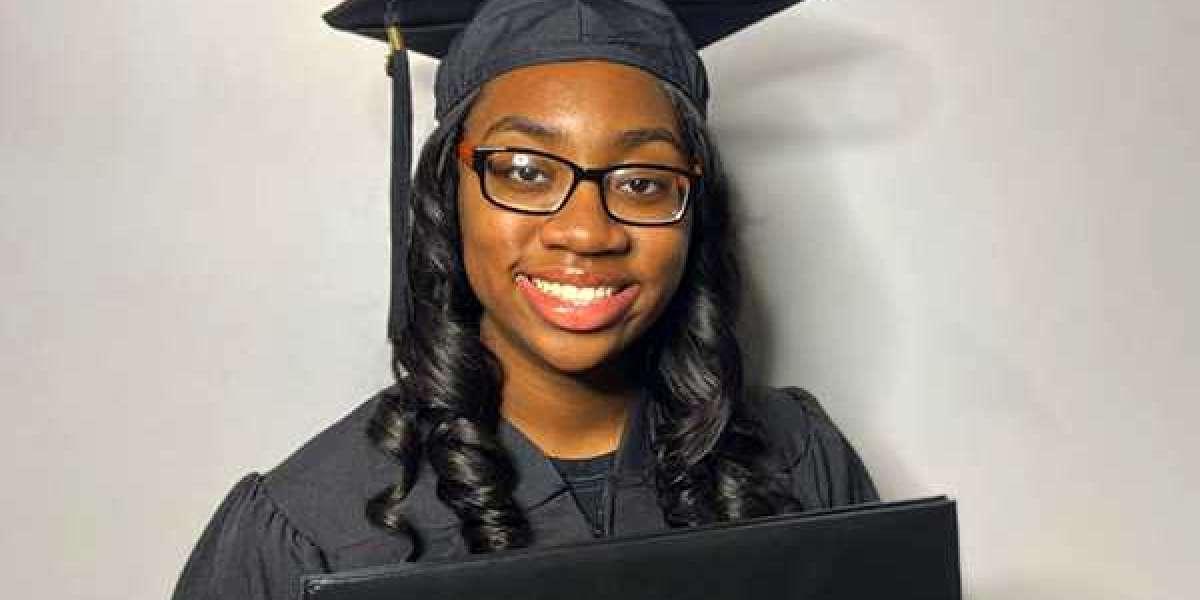 Une adolescente de 14 ans de Chicago obtient son diplôme de maîtrise