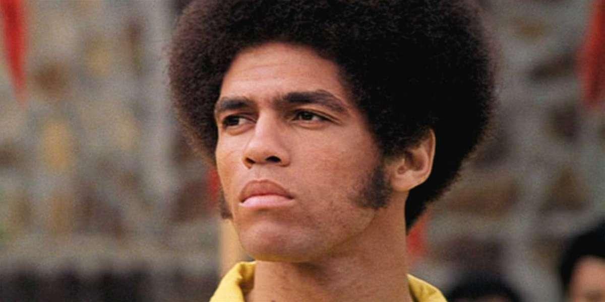En souvenir de Jim Kelly, première star de cinéma d'arts martiaux noirs qui a joué aux côtés de Bruce Lee dans