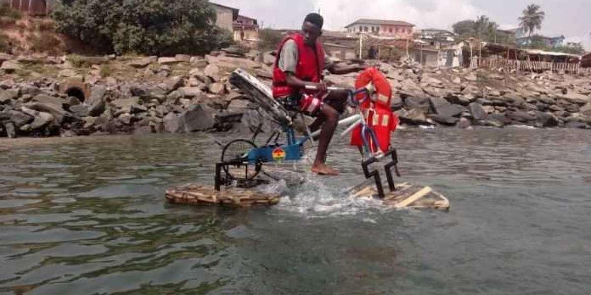 Rencontrez Frank Darko, l'étudiant ghanéen qui a construit un vélo flottant