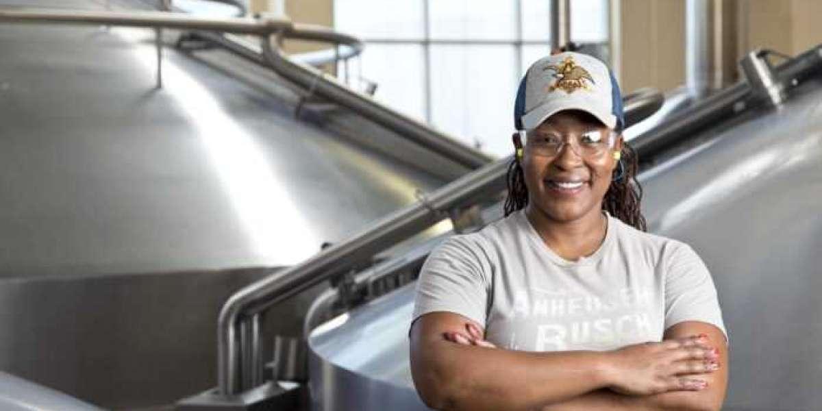 Rencontrez Natalie Johnson; La première femme noire brasseur de la plus grande entreprise de bière du monde, Anheuser-Bu